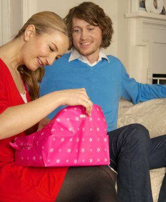 Hangi hediyeyi tercih ederdiniz?  A Bir buket kırmızı gül B Acı çikolata C Bir sepet tatlı portakal D Sıcak taş masajı E El yapımı lüks sabunlar
